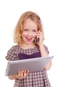 kind mit tablet und handy